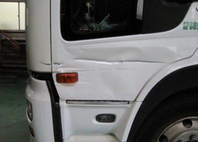 トラクターヘッド 写真のように左ドア下部とコーナーパネルが損傷しています。